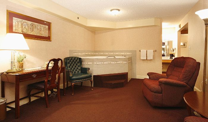 Jacuzzi Suite at the Fireside Inn & Suites West Lebanon